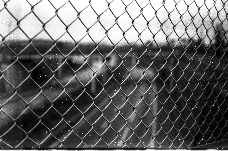Chain link fence in black and white (Pic: Paulo Moreira)