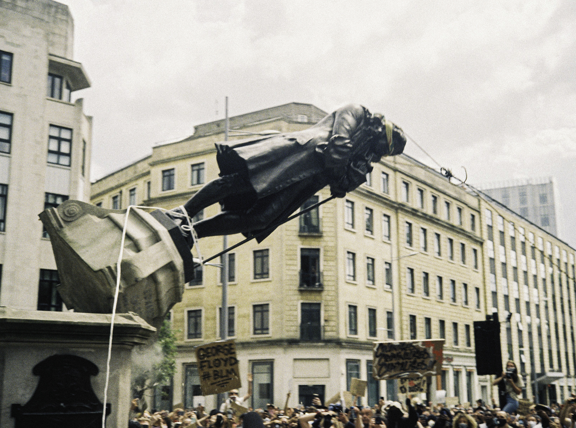 Colston statue falling (Pic: Ned Collyer)