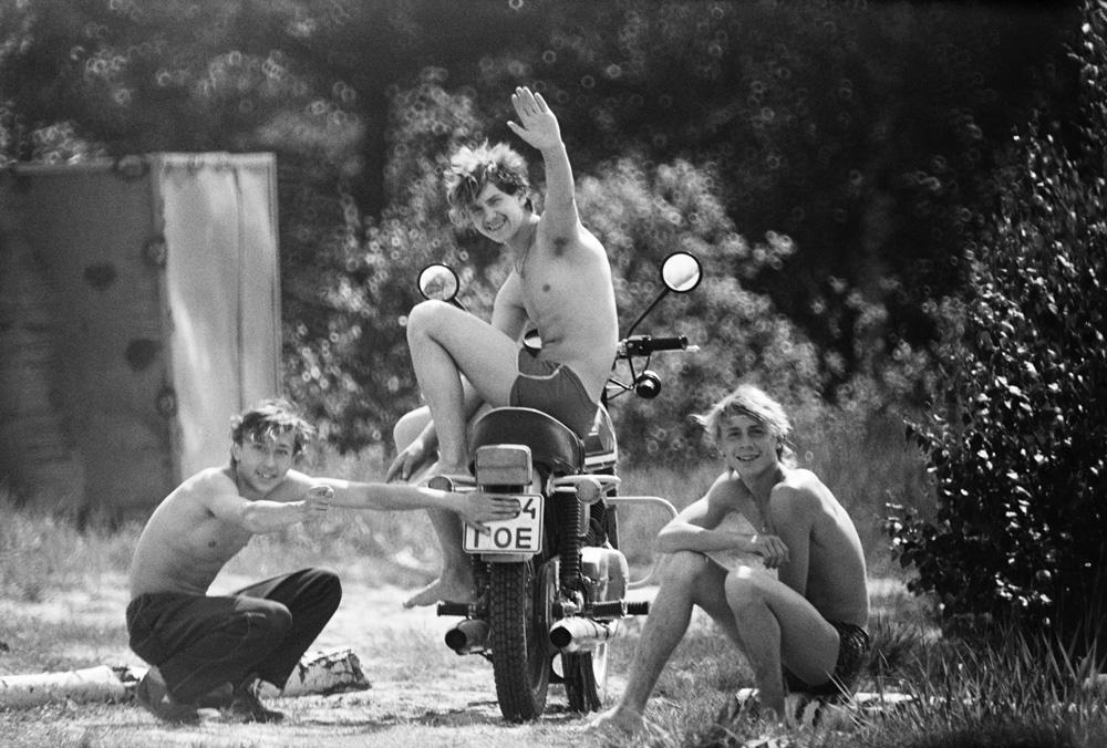 Teenagers sunbathing (Pic: Roman Yarovitcin)
