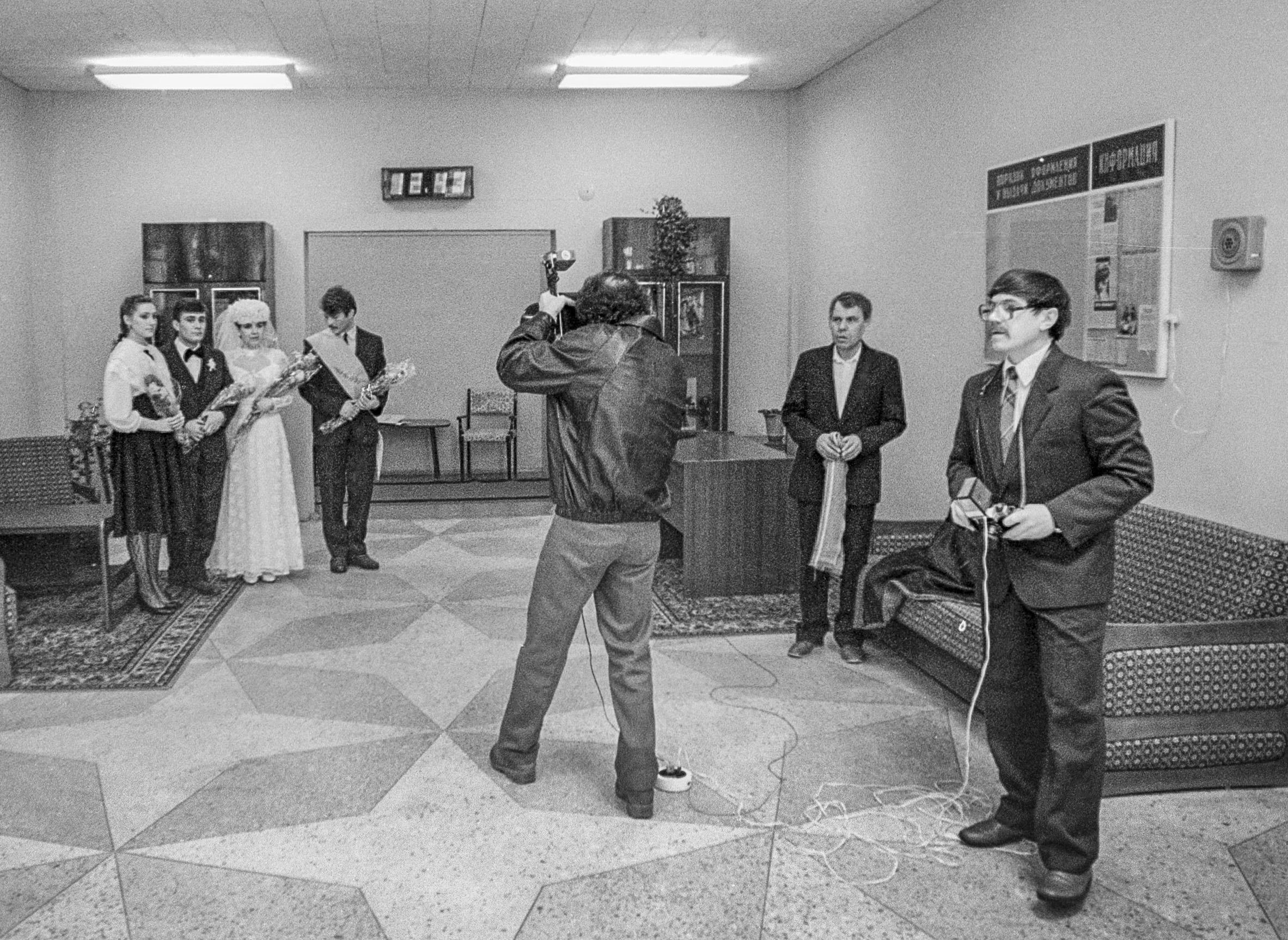 Soviet photographer taking wedding portrait (Pic: Roman Yanovitcin)