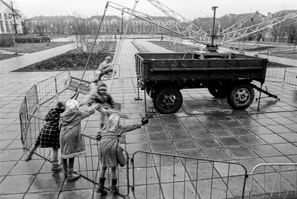 Children on carousel (Pic: Roman Yarovitcin)