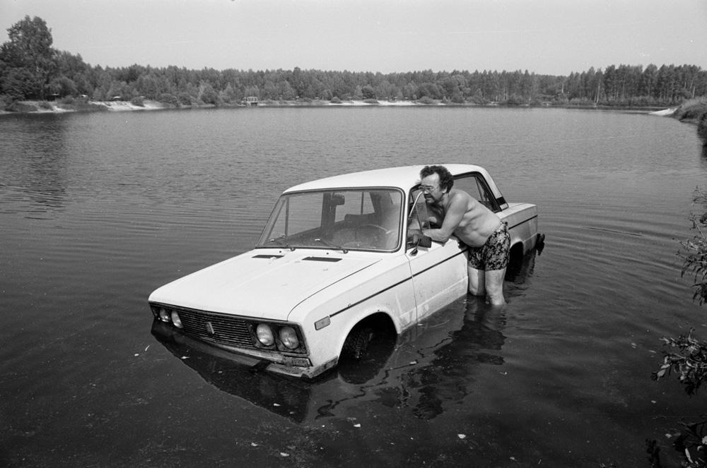 Car in pond, 1992 (Pic: Roman Yarovitcin)
