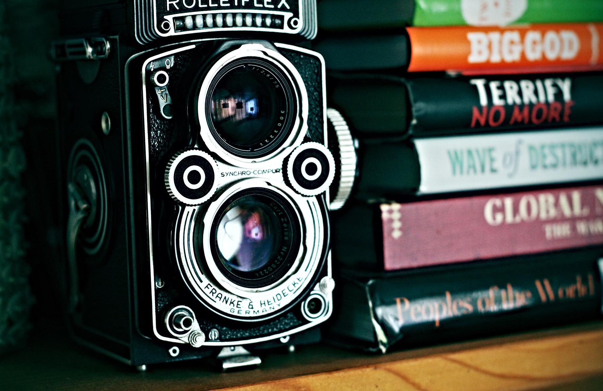 Rolleiflex and books (Pic: Calvin Hanson/Pexels)