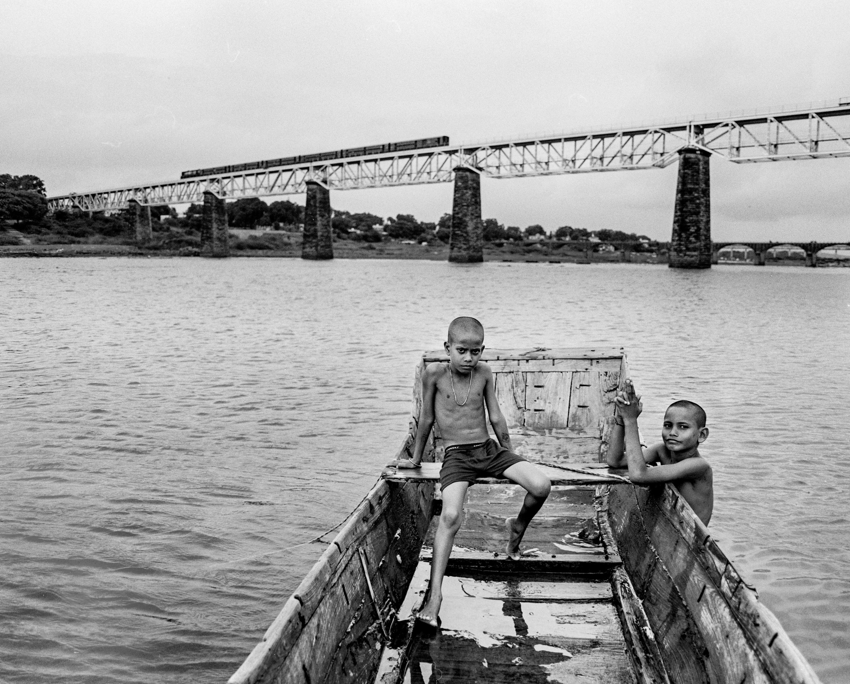 Boys in boat by bridge (Pic: Nandakumar Narasimhan)