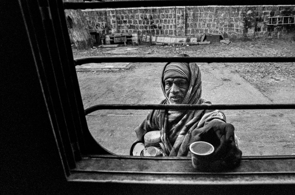 Tea seller at window (Pic: Nandakumar Narasimhan)