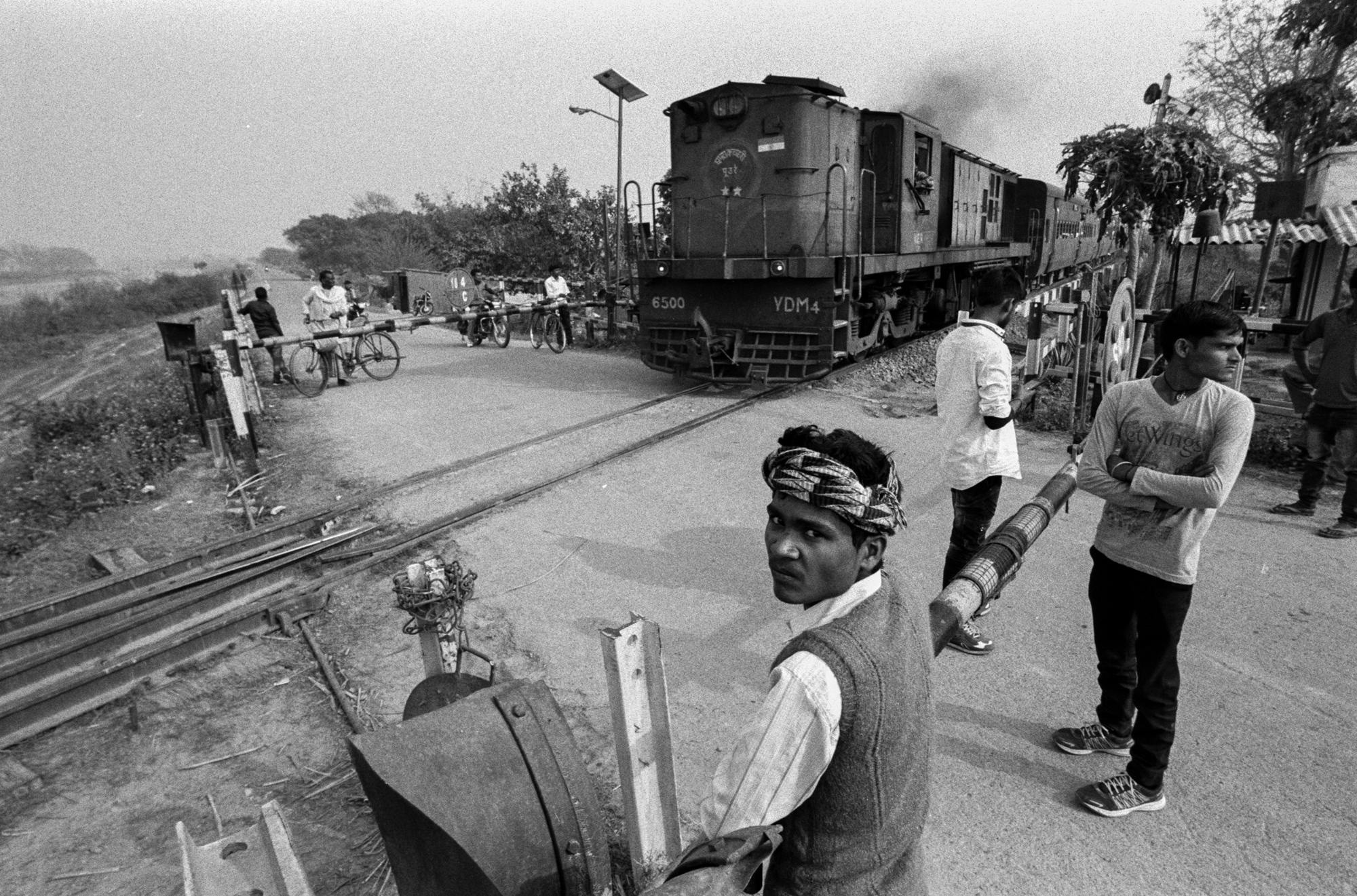Crowd around train crossing (Pic: Nandakumar Narasimhan)