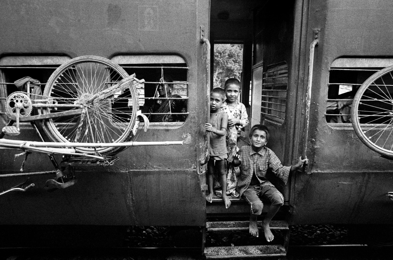 Kids in train doorway (Pic: Nandakumar Narasimhan)