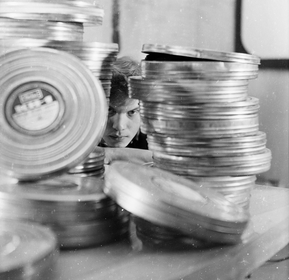 Man steering through gap in film cans (Pic: Roman Yarovitcin)