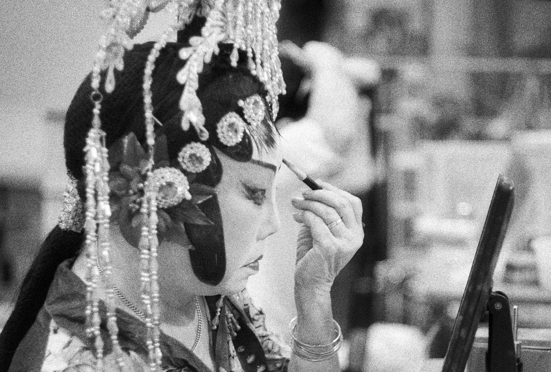 Woman applying make-up (Pic: Lester Ledesma)