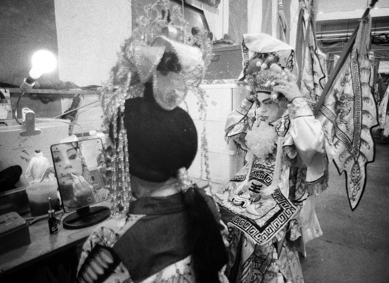 Artist applying make-up in mirror (Pic: Lester Ledesma)