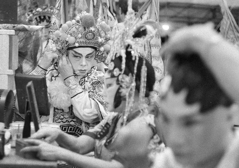 Artists applying make-up (Pic: Lester Ledesma)