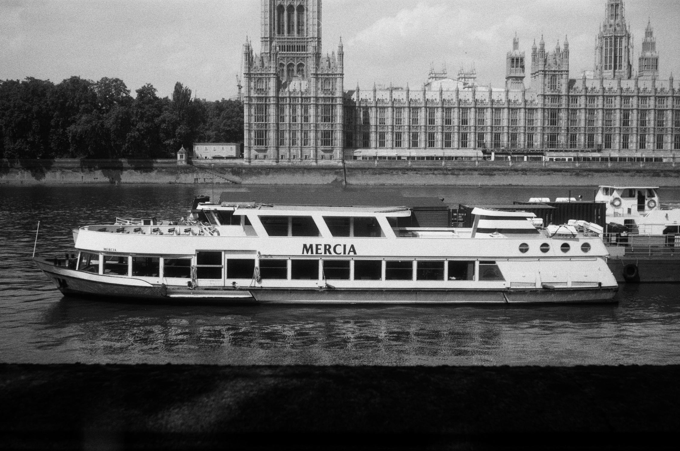 Boat and Houses of Parliament (Pic: Stephen Dowling)